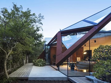 Abstracted 'floating' roof covers a heritage dwelling in Leaf House