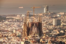 Final (170M high) stretch of Gaudi's Sagrada Família underway