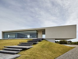 Spectacular views in a minimalist cantilevered home