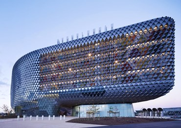 South Australian Health and Medical Research Institute (SAHMRI) by Cundall (architect: Woods Bagot). Photography by Peter Clarke
