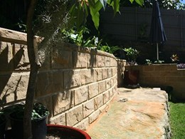 NatureStone retaining wall system made with natural stone